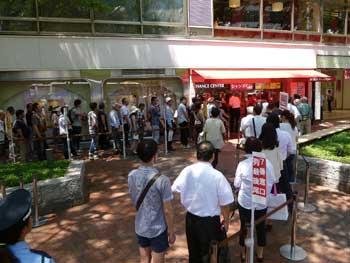 売場の前の広場は多くのお客さんで混雑してます