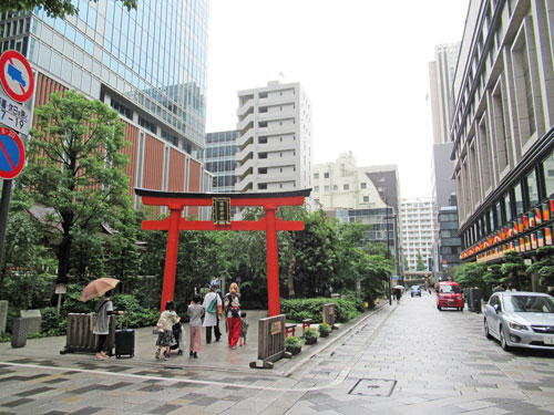 日本橋のビル街の中にある福徳神社