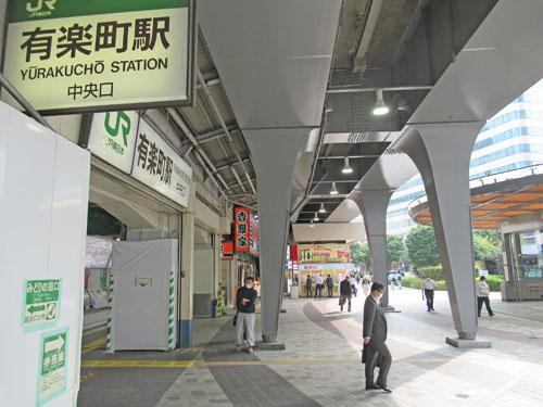 早朝の有楽町駅中央口駅前