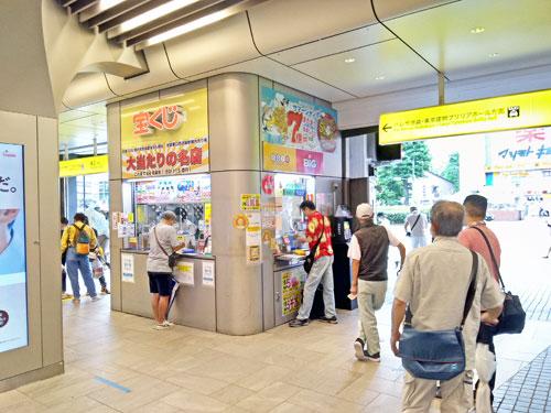 多くのお客さんで混雑している池袋駅東口西武線構内売場