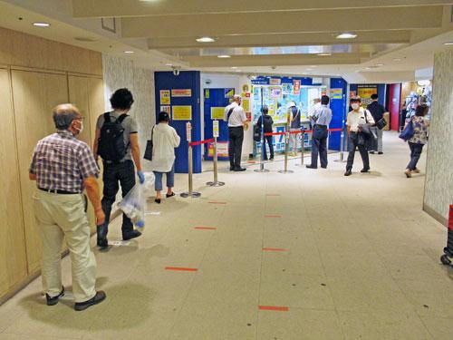 横浜ダイヤモンドチャンスセンターの長い行列