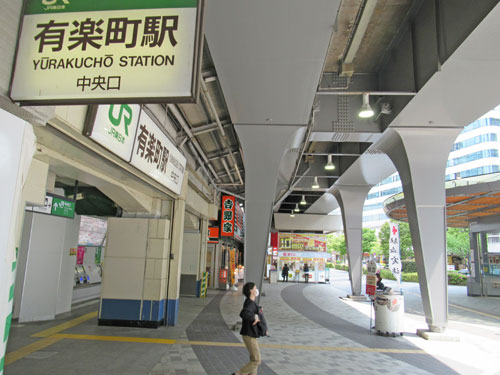 人がいなくて閑散としている有楽町駅中央口駅前