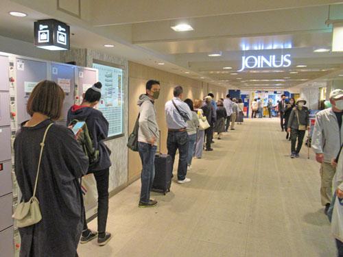 多くのお客さんで長い行列が発生中の横浜ダイヤモンドチャンスセンター
