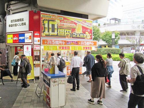 多くのお客さんで行列が発生中の有楽町駅中央口大黒天売場