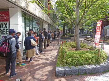 西銀座チャンスセンター一番窓口の長い行列