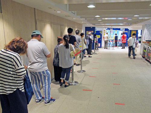 長い行列が発生中の横浜ダイヤモンドチャンスセンター