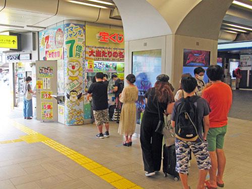 多くのお客さんで行列が発生中の池袋駅東口西武線構内売場