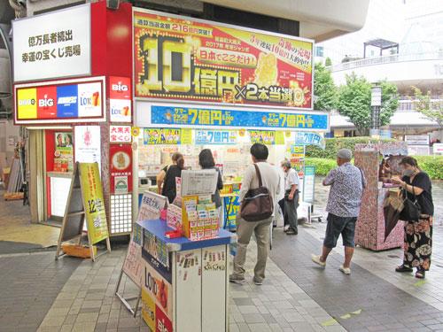 多くのお客さんで混雑している有楽町駅中央口大黒天売場