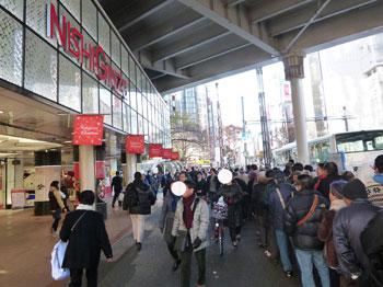 西銀座デパートの前の行列風景