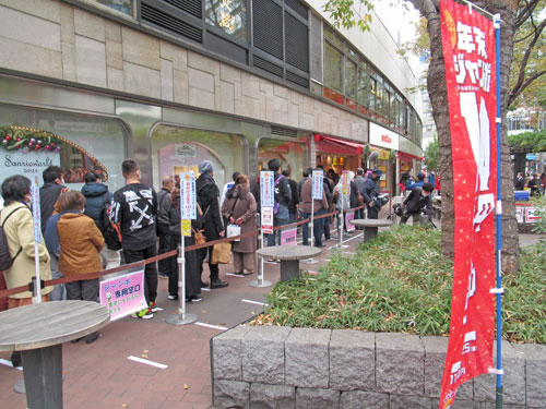 西銀座チャンスセンター1番窓口の長い行列