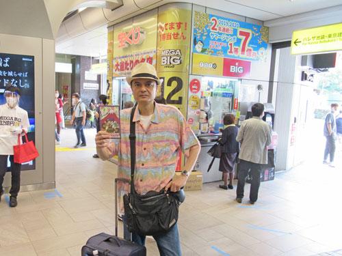 池袋駅東口西武線構内売場の前で今日買った宝くじを持って記念撮影