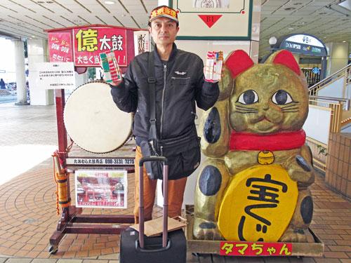 大宮名物ドムドム太鼓と金色の招き猫の前で記念撮影