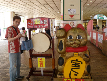 億太鼓と大きな金色の招き猫