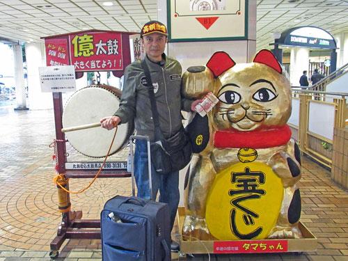 DOMDOM億太鼓と金色の招き猫の前で記念撮影