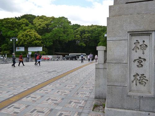 原宿駅を出ると神宮橋に出ます