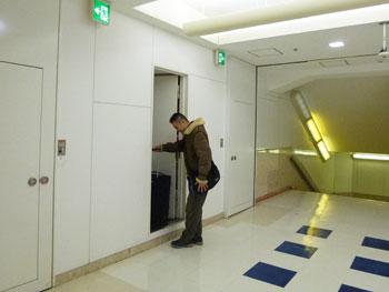 売場の地下の事務所から出てくるところ