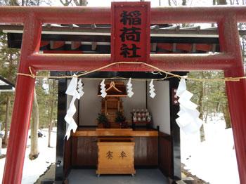稲荷社と神額に彫られた鳥居