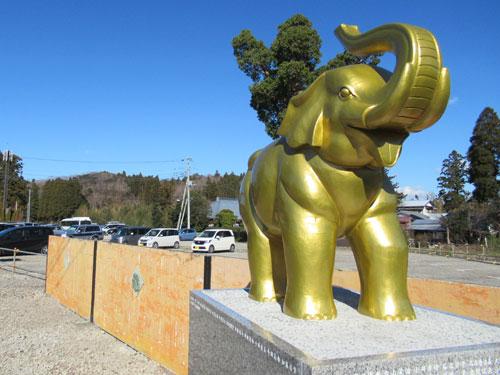 長福寿寺の参道入口に鎮座する金色の像