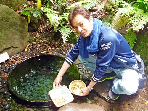 清正井で五円玉とパワーストーンを洗う私