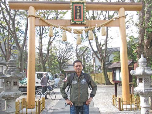 蛇窪神社の金色の鳥居で記念撮影
