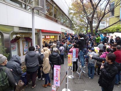 西銀座チャンスセンターの年末ジャンボ宝くじ発売初日風景