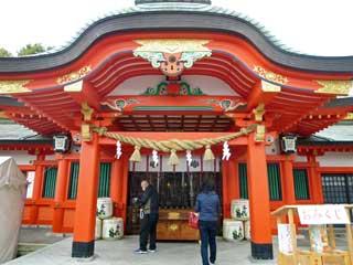 多くの参拝客が訪れている拝殿