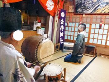 宮司さんの太鼓でご祈祷に始まりです