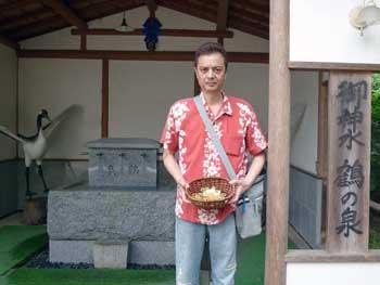 鶴の泉の看板で記念撮影