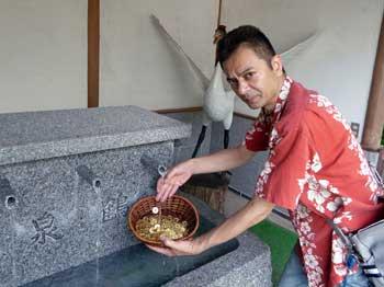 御神水で五円玉を洗います