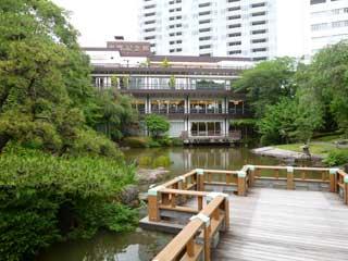 東郷記念館の建物と池と庭園