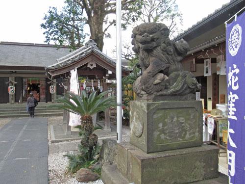 狛犬の奥には蛇窪神社の本殿