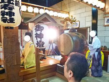 宮司さんが太鼓を叩きます