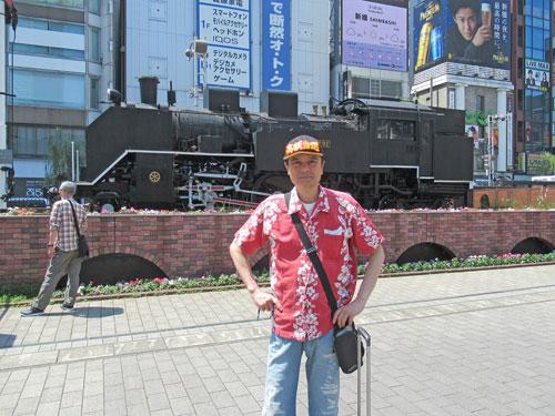 新橋駅前広場の蒸気機関車をバックに記念撮影