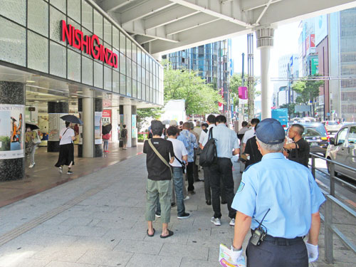 西銀座チャンスセンターの1番窓口の行列最後尾