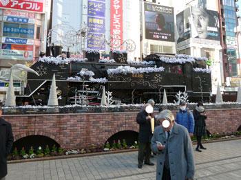 新橋駅前広場にある雪化粧をしたSL