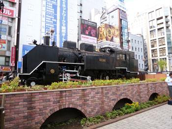 新橋駅前の蒸気機関車のディスプレイ
