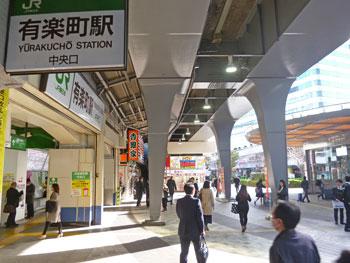 有楽町駅中央口の早朝のラッシュ風景
