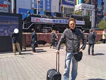 新橋駅前広場の蒸気機関車で記念撮影