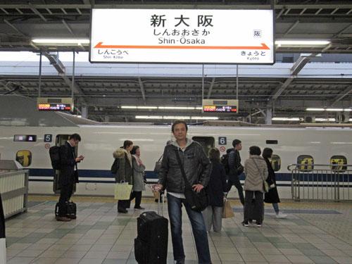 新幹線新大阪駅のホームで記念撮影