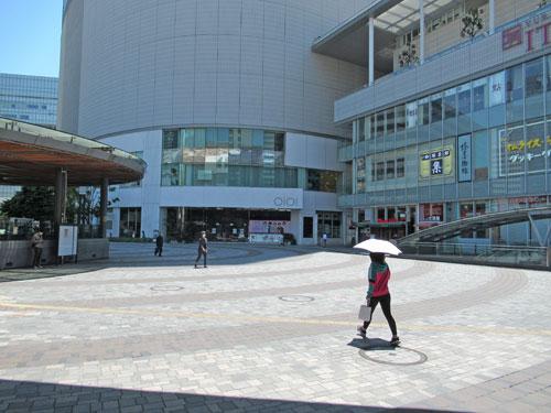 有楽町駅前広場には人が歩いていません