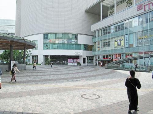 有楽町駅前広場は人が歩いていません