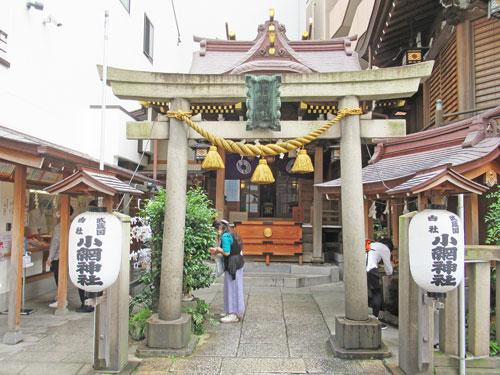 小網神社の入り口にしめ縄の掛かった鳥居