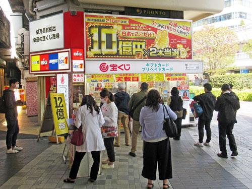多くのお客さんで賑わっている有楽町駅大黒天売場