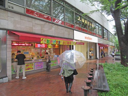 西銀座チャンスセンターの一番窓口の長い行列