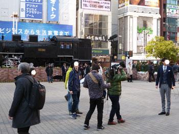SL広場で街頭インタビューするテレビ局