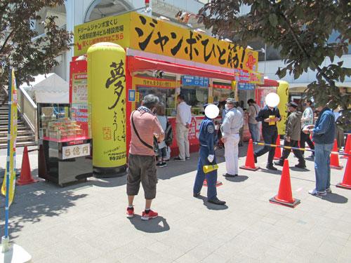 多くのお客さんで賑わっている大阪駅前第四ビル特設売場