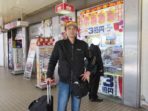 大阪駅前第2ビルラッキーセンターの前で記念撮影