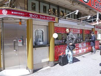 新橋駅烏森口ラッキーセンター7番窓口で宝くじを購入中