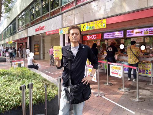 今日買ったハロウィンジャンボ宝くじを持って売場の前で記念撮影