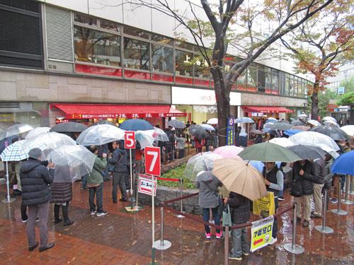 売場の前の広場は大勢のお客さんで埋め尽くされています